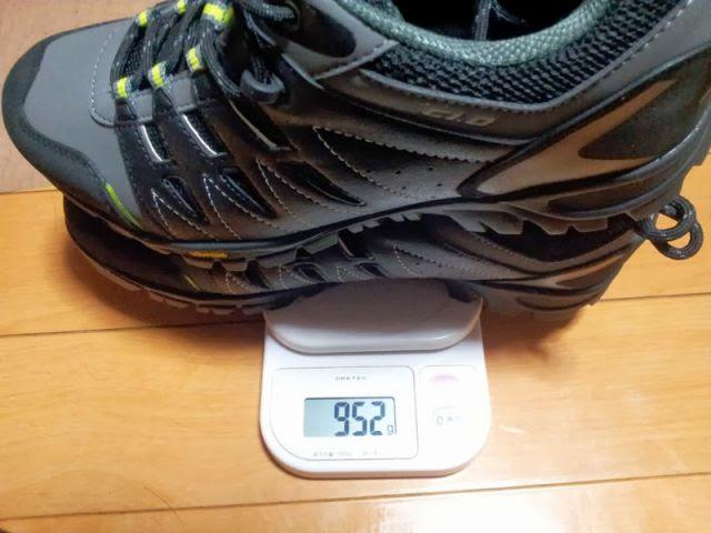 dhbのSPDシューズの両足の重量を計測しています。