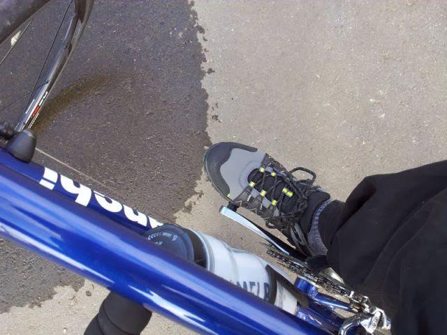 dhbのSPDシューズを履いて自転車に乗っている