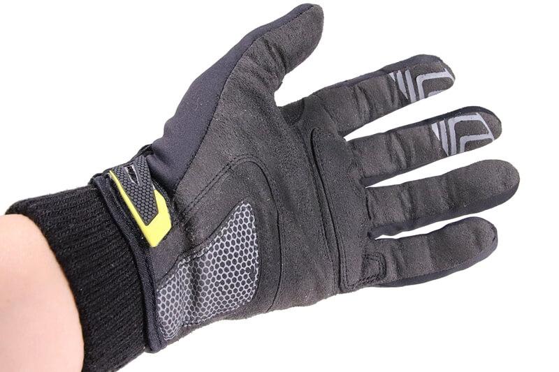 冬用サイクルグローブの下にダイソーのインナーグローブを着用、手のひら側