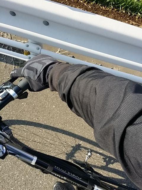 ナリフリのウィンドブレーカーを着ている腕が写っている。