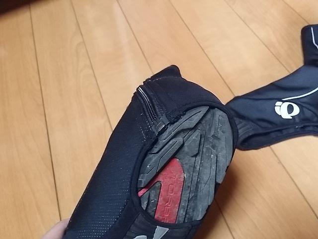 パールイズミのウィンドブレークシューズカバー踵の部分