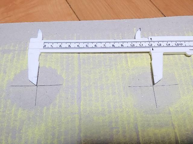 ノギスでダンボールに付いた坐骨幅を測っています。