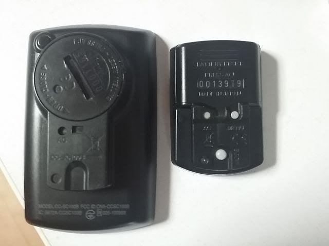 キャットアイCC-SC100BとCC-RD500Bの裏側を比較している
