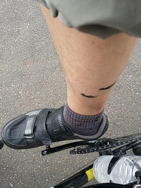 自転車に乗っていて右足にチェーンの黒い油汚れが付いています。