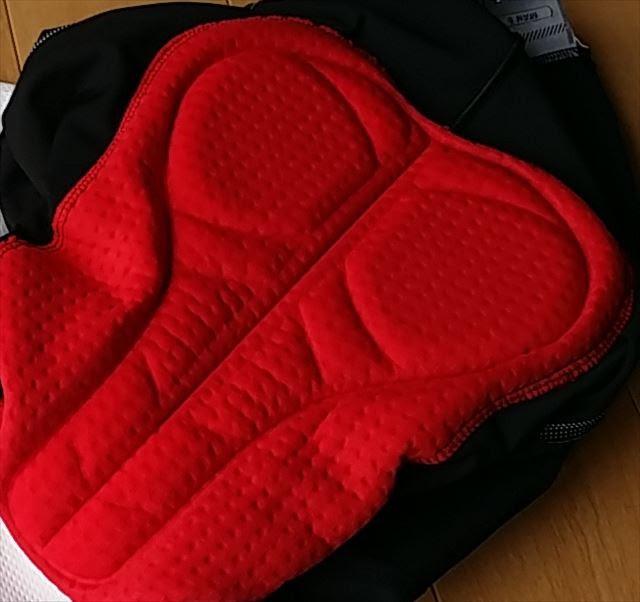 赤色でパッドに点状の凹みのあるレーサーパンツが写っています。