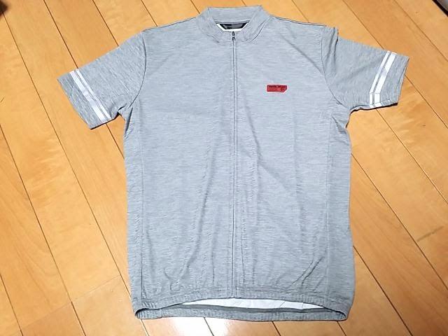 パールイズミ、フリージーの半袖サイクルジャージで色はグレーです。
