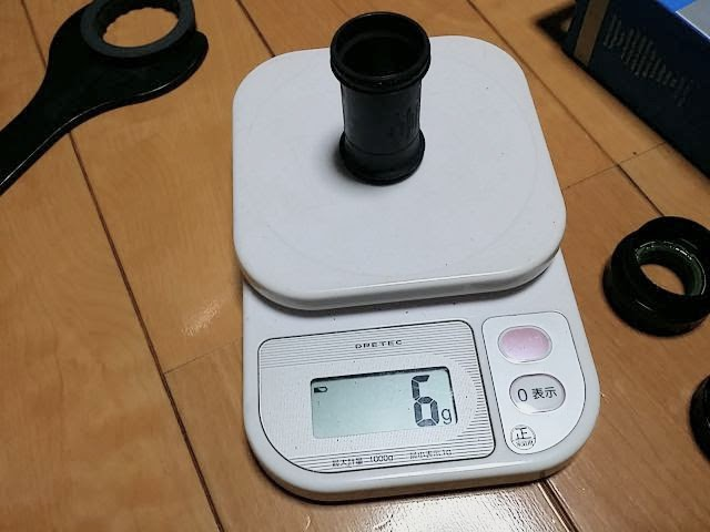 ボトムブラケットSM-BBR60の筒の重量を計測しています。詳細は以下