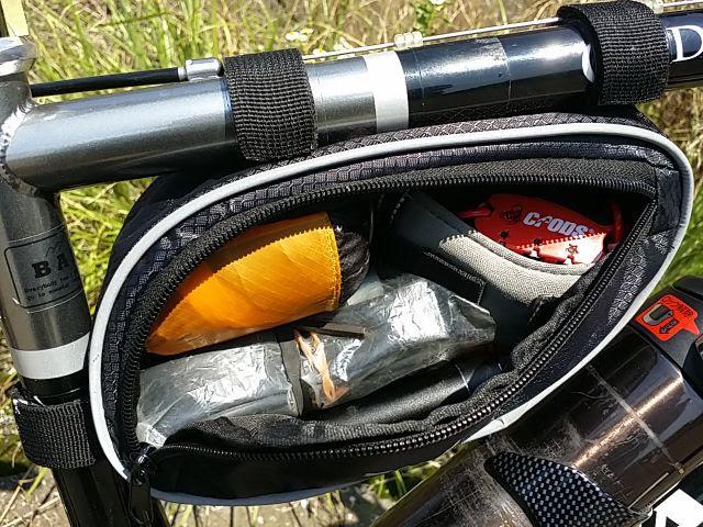 sahooの自転車用フレームバッグのジップを開けて中身が見えている