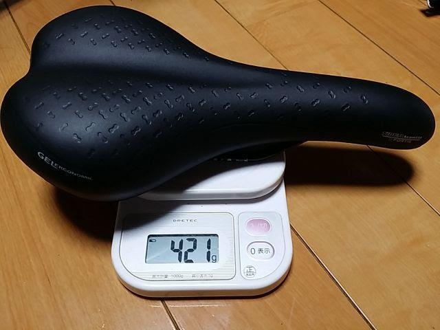 タイオガのサドル、フォルティスの重量を電子スケールで計測