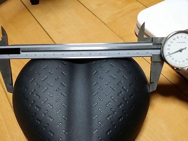タイオガのサドル、フォルティスの坐骨幅をノギスで計測
