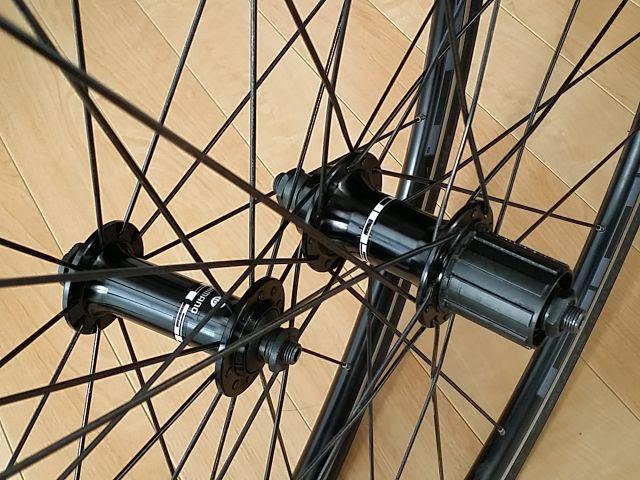 シマノの自転車ホイールWH-R501のハブ付近が写っています。