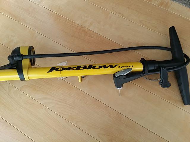 トピークのJoeBlow Sport Ⅱが床に横たわっていて、黄色のボディが特徴的です。