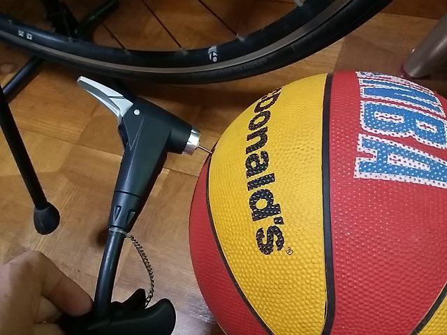 トピークのJoeBlow Sport Ⅱでバスケットボールに空気を入れています。