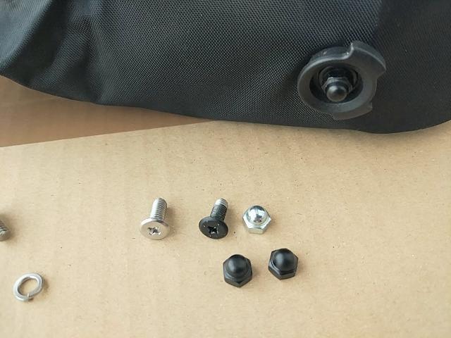 オルトリーブのサドルバッグ、マイクロのネジをマットブラックに塗装