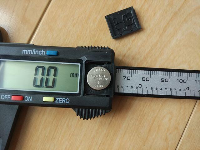 カーボン製デジタルノギスの電池はLR44を使用している