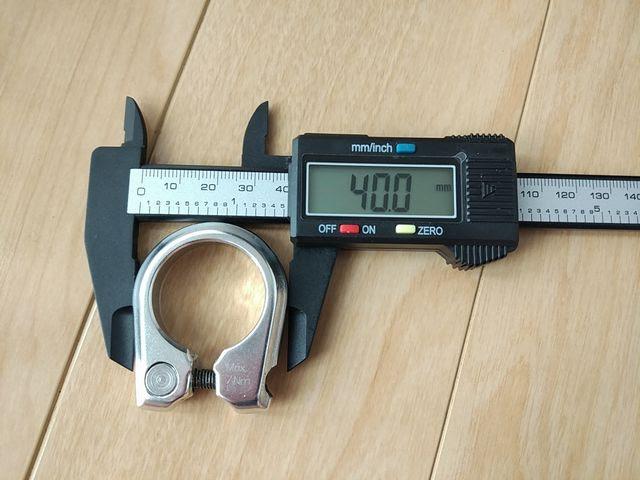 カーボン製デジタルノギスのジョーで測定物を挟んでいる