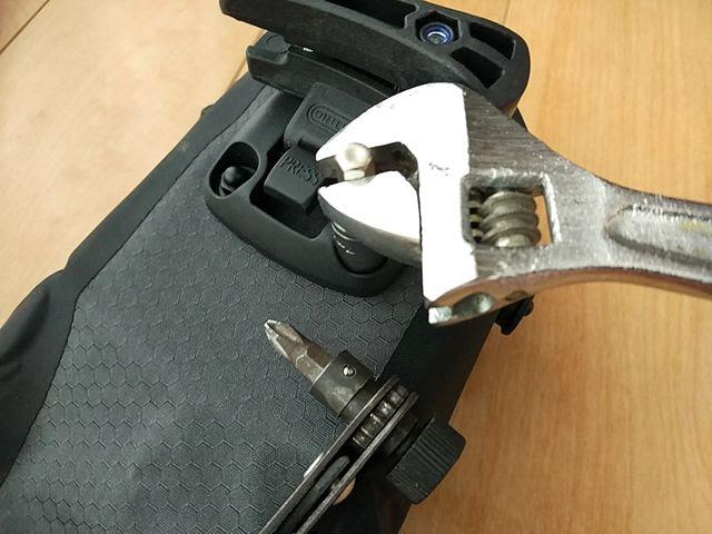 オルトリーブのサドルバッグ、マイクロのネジを交換している