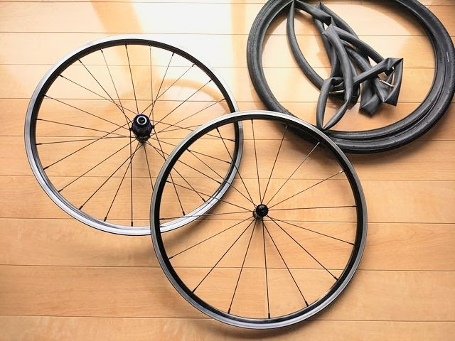 自転車ホイールのタイヤとチューブが外してある