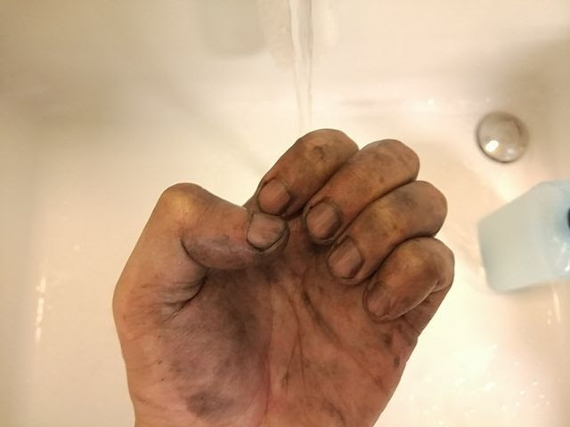 自転車のメンテナンスで真っ黒に汚れた手