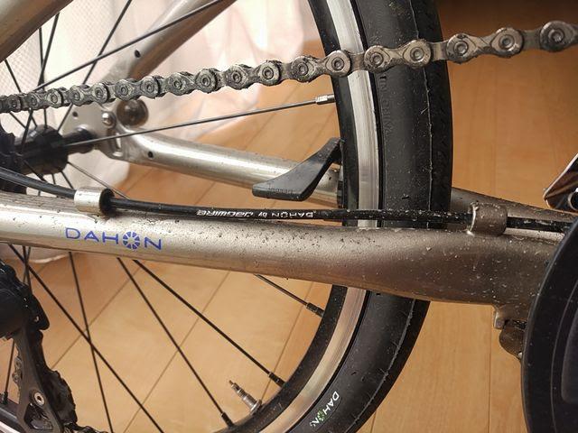 自転車のチェーンステーに付いた泥はね汚れ