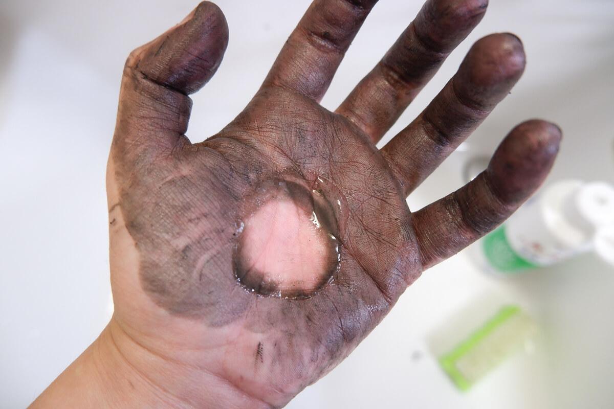洗いま専科で汚れた手をこする