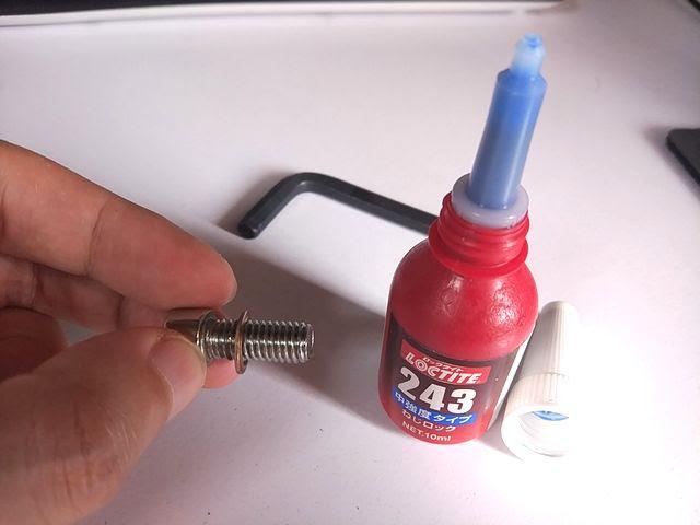 ダホンのヘッドセット、クランプネジにロックタイト243中強度を塗布する