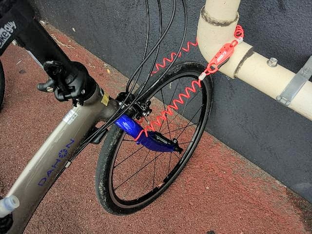クロップス Q3 SPD08でパイプと前輪をワイヤーで通してロックしている