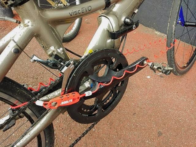 クロップスのワイヤーロックQ3 SPD08で前輪と後輪をロックしている