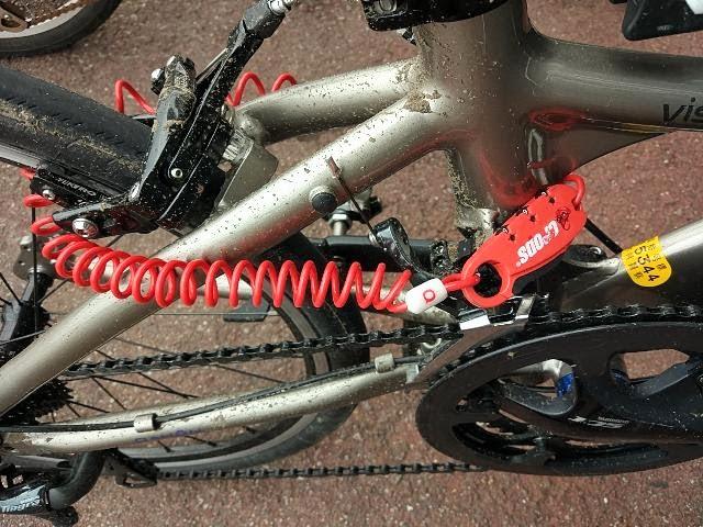 クロップスのワイヤーロックQ3 SPD08で自転車の後輪をロックしている