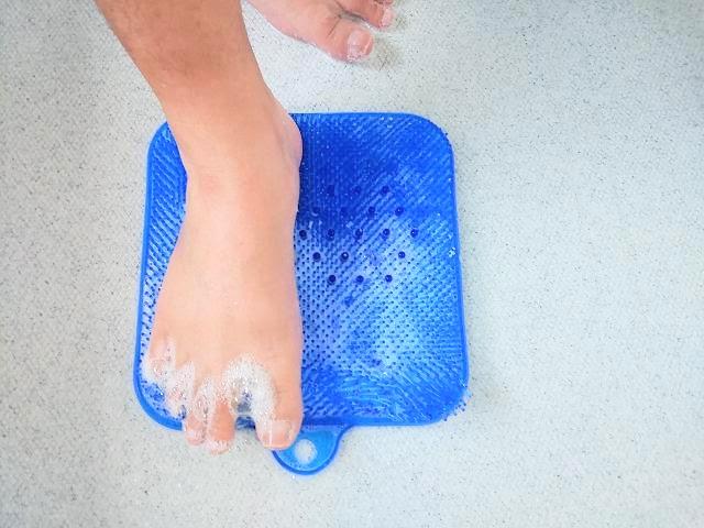 足洗いマットで足を洗っている