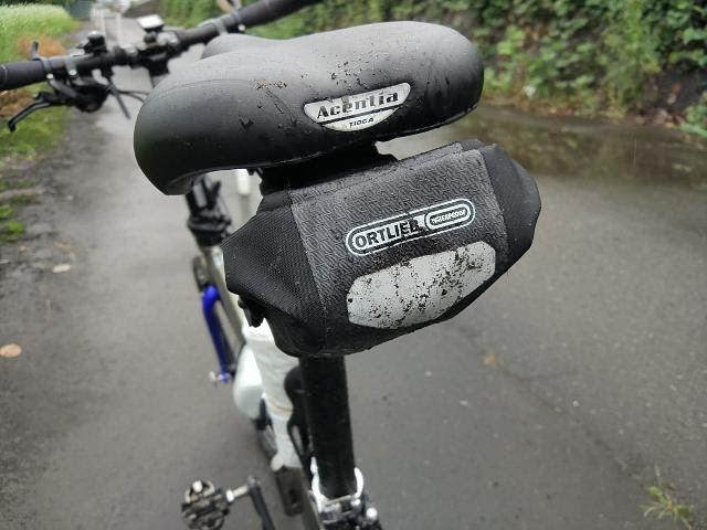 雨の日に自転車に乗って泥が跳ねている