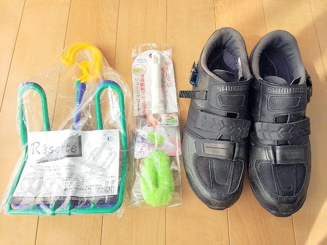 SPDシューズと靴洗いブラシとシューズハンガーが床に並んでいる
