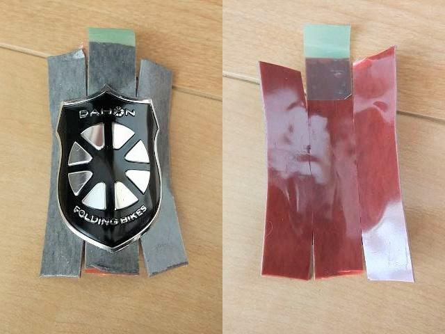自転車エンブレムに3M両面テープを貼り付ける