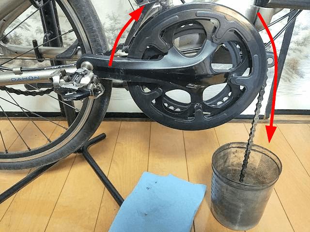 自転車チェーンを洗浄容器に入れる