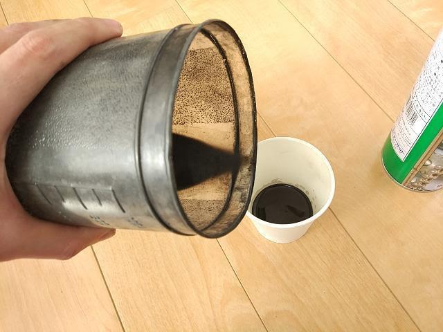 パーツクリーナーの廃液を紙コップに移す