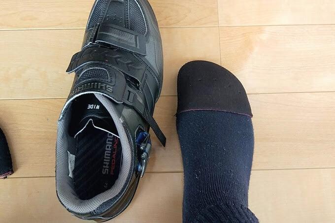 ワークマンのトゥキャップを靴下の上から装着