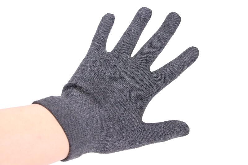 パールイズミ インナーグローブを着用した手