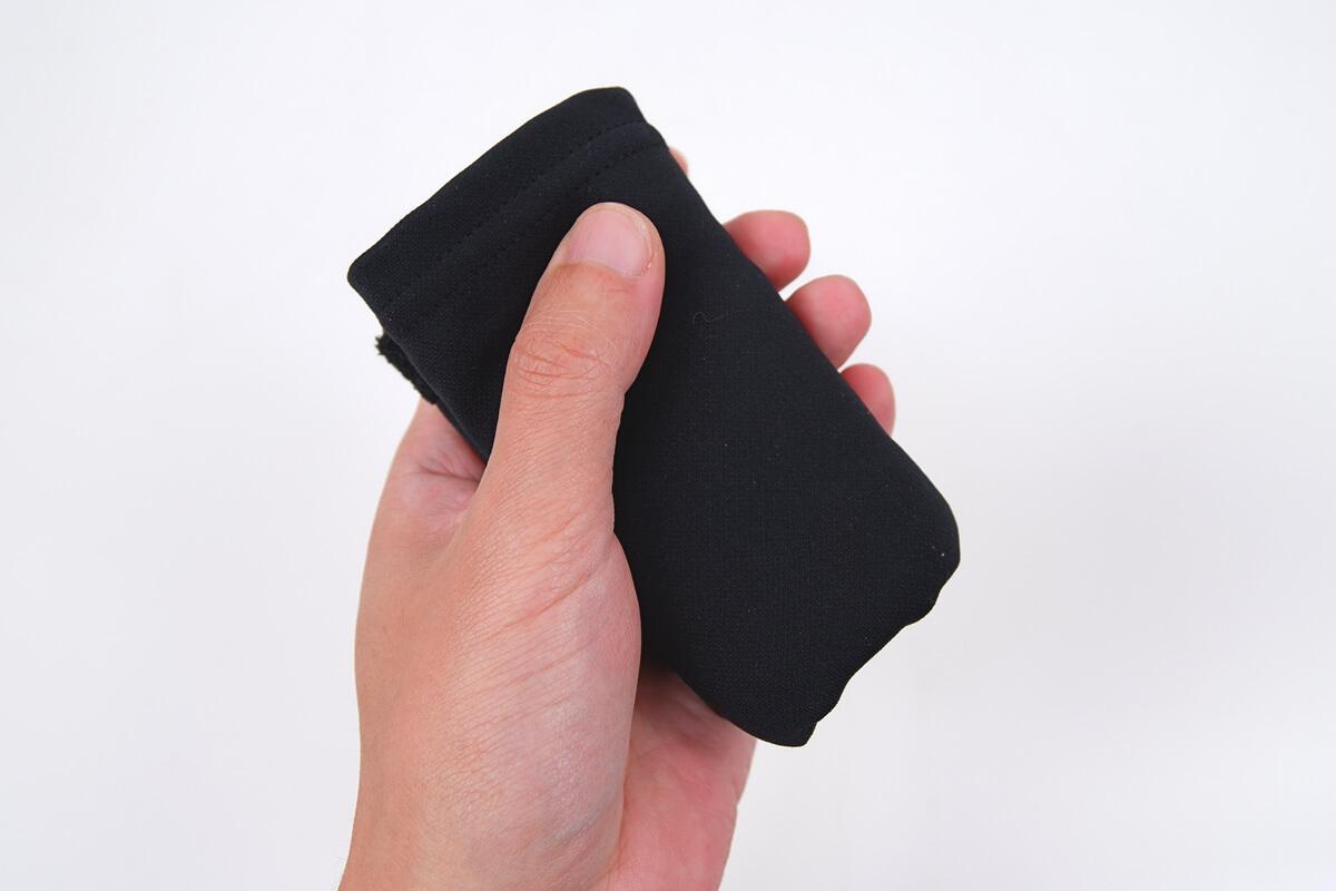 パールイズミ ネックウォーマー、使わないときはコンパクトに折り畳める