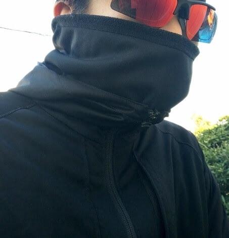 パールイズミのネックウォーマーを着用している男性