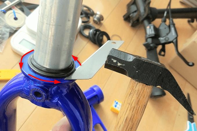 下玉押しをカッターの刃で隙間を作る