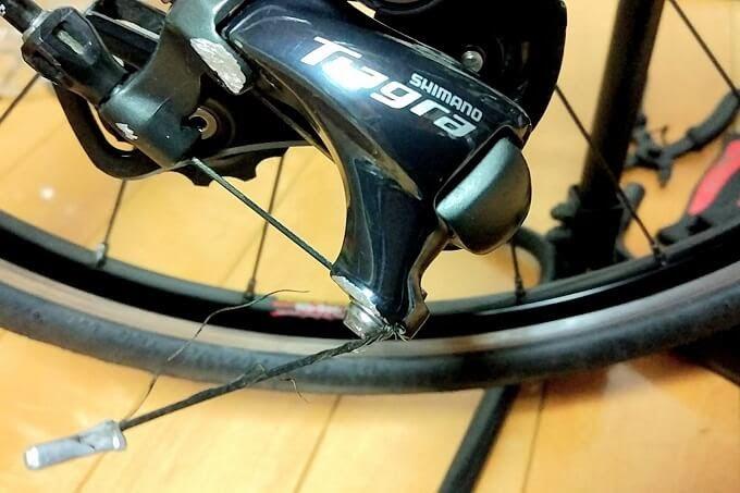 転倒で自転車のSPDペダルが削れている
