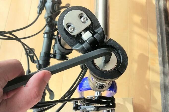 ダホンのハンドルポストのボルトを10mmのアーレンキーで緩める