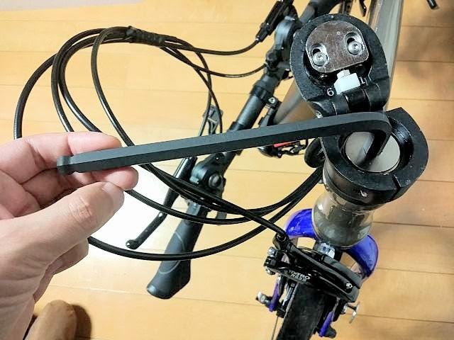 10mmのアーレンキーでダホンのヘッドセットネジを締めている