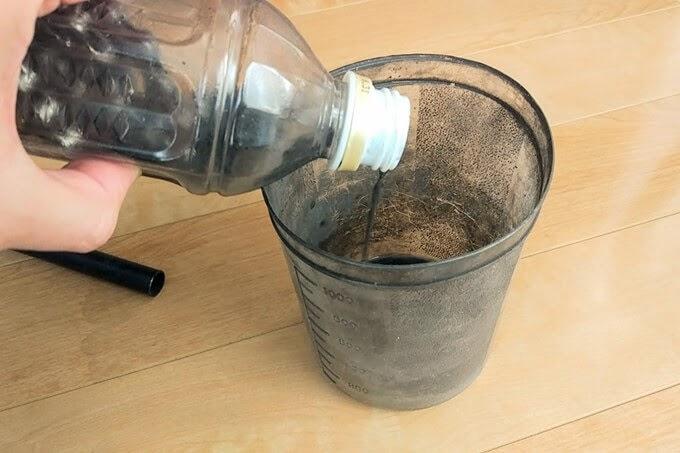ペットボトルで自転車チェーンを洗浄したパーツクリーナーの廃液を捨てる