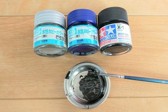 タミヤカラーとMRホビーのアクリル塗料、ステンレス皿で色合わせ
