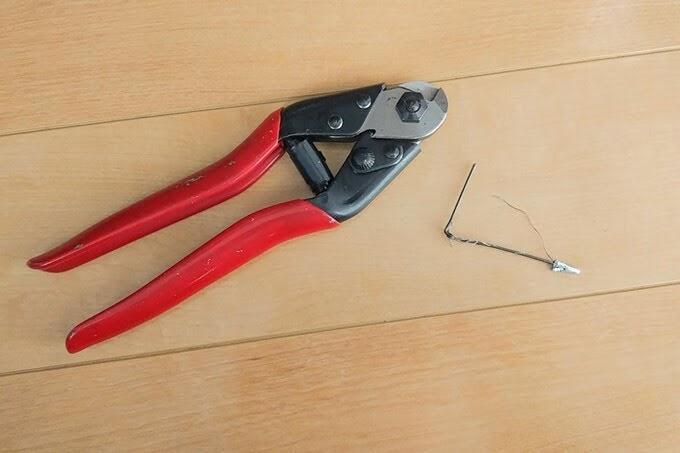 ワイヤーカッターでシフトインナーケーブルを切断