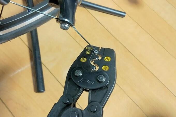 シフトケーブルの先端にエンドキャップを取り付けて工具で圧着