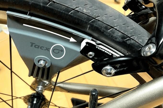 Tacxのブレーキチューナー、ホイールの回転方向に矢印を合わせてセットする
