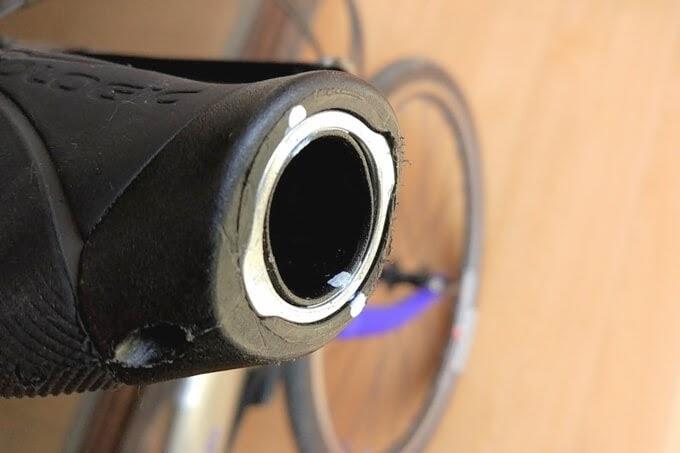 自転車のエルゴグリップを外すとき白いペンで目印をつける