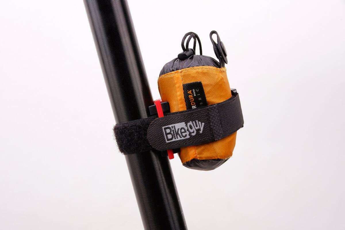 バイクガイのマルチホルダーで携帯リュックを固定する